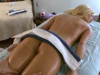Delighting a hawt bombshell with carnal bodily rubs