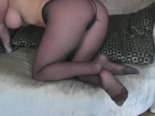 Visious nympho stretches legs in tights to boast of her cookie